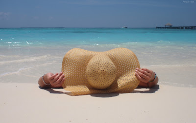 chica-en-la-playa-tomando-sol-8469